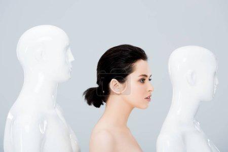 Photo pour Jeune femme nue posant dans la ligne des mannequins d'isolement sur le gris - image libre de droit