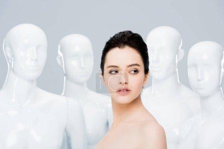 Photo pour Belle jeune femme posant avec des mannequins isolés sur le gris - image libre de droit