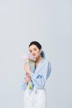Photo pour Belle fille élégante avec le bouquet des tulipes d'isolement sur le gris - image libre de droit