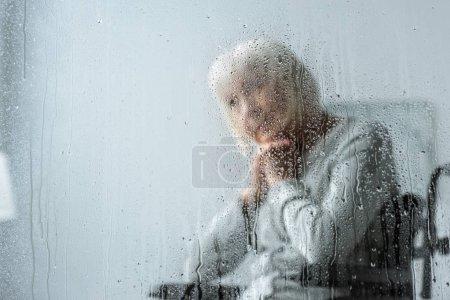 Photo pour Foyer sélectif de femme âgée handicapée coûteuse aux cheveux gris - image libre de droit