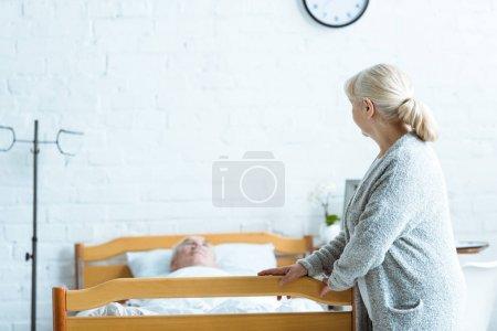 Photo pour Femme âgée et homme malade dans le coma dans la clinique - image libre de droit