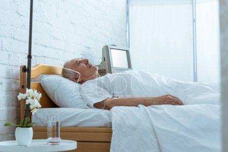 Photo pour Homme aîné malade sur le lit dans le service dans la clinique - image libre de droit