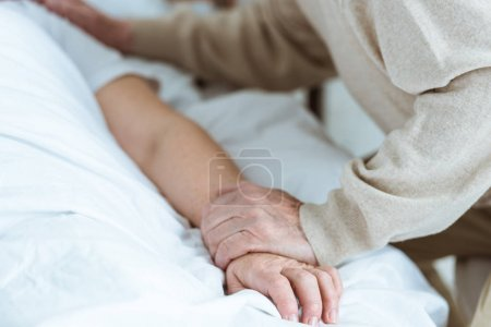 Photo pour Vue partielle de la femme malade aînée avec le mari dans la clinique - image libre de droit