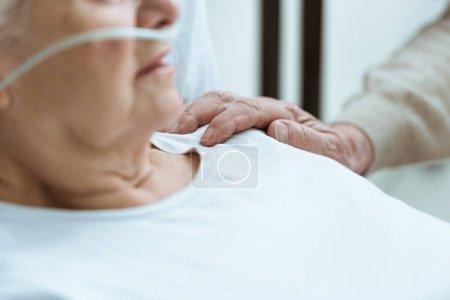 Photo pour Vue partielle de la femme aînée malade avec le mari à l'hôpital - image libre de droit