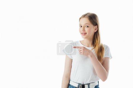Photo pour Adolescente de sourire pointant avec le doigt loin d'isolement sur le blanc - image libre de droit