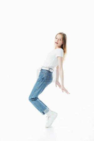 Photo pour Vue pleine longueur de la danse heureuse d'adolescente d'isolement sur le blanc - image libre de droit