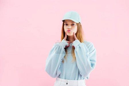 Foto de Chica adolescente bonita en gorra mueca aislada en rosa - Imagen libre de derechos