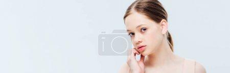 Photo pour Adolescente pensive regardant l'appareil-photo d'isolement sur le gris, projectile panoramique - image libre de droit