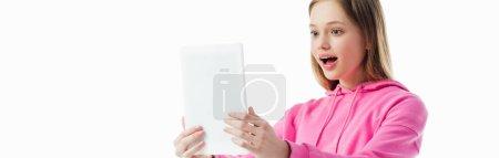 Photo pour Tir panoramique de l'adolescente heureuse et excitée retenant la tablette numérique d'isolement sur le blanc - image libre de droit