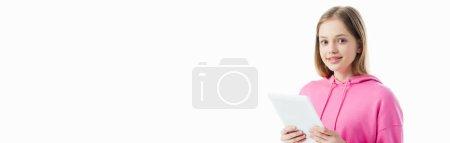 Photo pour Tir panoramique de l'adolescente heureuse retenant la tablette numérique d'isolement sur le blanc - image libre de droit