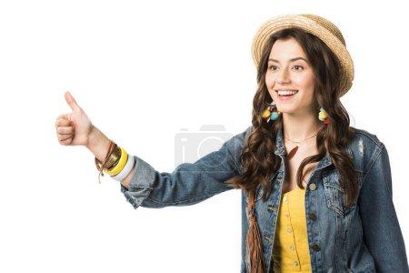 Photo pour Rire fille boho en paille chapeau montrant pouce vers le haut isolé sur blanc - image libre de droit
