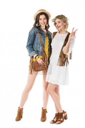 Photo pour Pleine longueur vue de deux hippies filles montrant signe de paix isolé sur blanc - image libre de droit