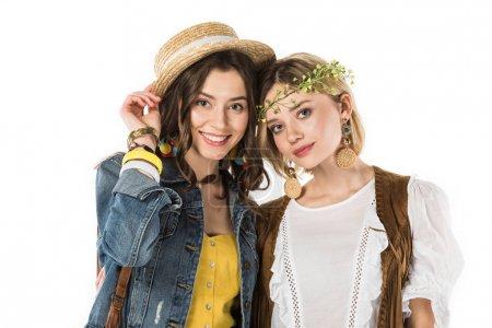 Photo pour Deux filles hippies bisexuelles de sourire d'isolement sur le blanc - image libre de droit