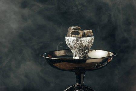 Photo pour Bol de narguilé avec des charbons dans la fumée sur le noir - image libre de droit