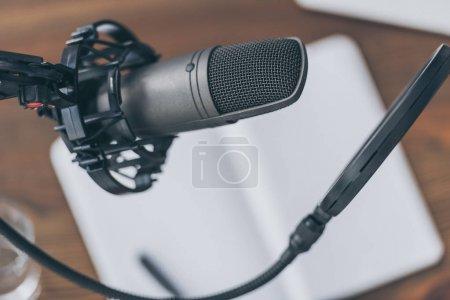 Photo pour Foyer sélectif du microphone professionnel dans le studio de radiodiffusion - image libre de droit