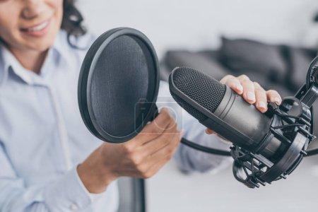 Photo pour Vue partielle du microphone de réglage de l'hôte radio dans le studio de radiodiffusion - image libre de droit