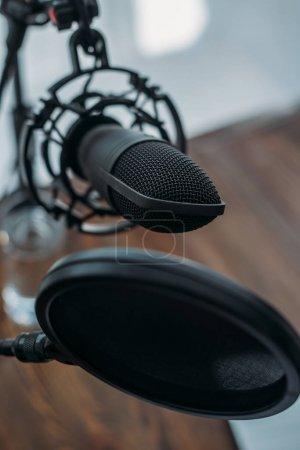 Photo pour Vue rapprochée du microphone avec membrane en studio radio - image libre de droit