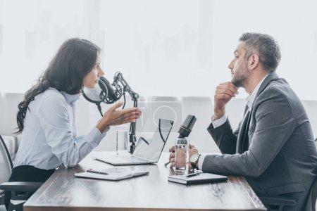 Photo pour Jolie animateur radio interviewer homme d'affaires dans le studio de radiodiffusion - image libre de droit