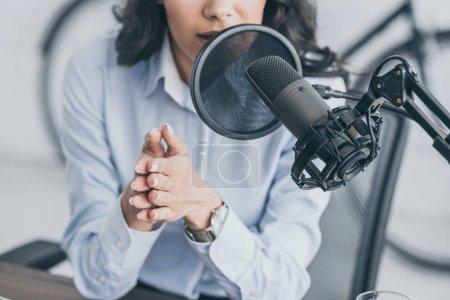 Photo pour Plan recadré d'animateur de radio parlant au microphone dans un studio de radiodiffusion - image libre de droit
