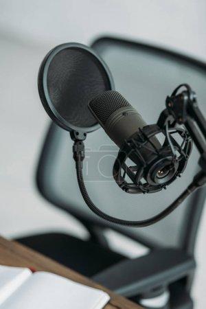 Photo pour Microphone professionnel avec membrane sur le lieu de travail dans un studio de radiodiffusion - image libre de droit