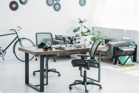 Photo pour Spacieux studio de radio meublé avec table, chaises de bureau et canapé - image libre de droit