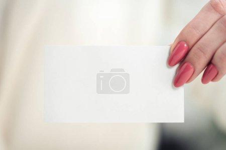 Foto de Vista recortada de la mano femenina con tarjeta de visita vacía blanca - Imagen libre de derechos