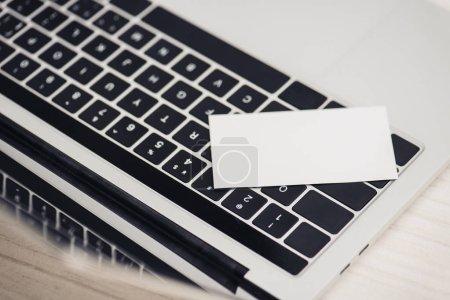 Photo pour Carte de visite blanche vierge sur clavier d'ordinateur portable dans le bureau - image libre de droit