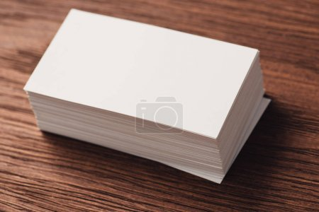 Foto de Pila de tarjetas de visita en blanco en blanco en la superficie de madera marrón - Imagen libre de derechos