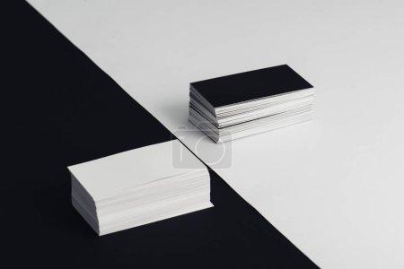 Photo pour Piles de cartes de visite vides blanches et noires sur fond noir et blanc - image libre de droit