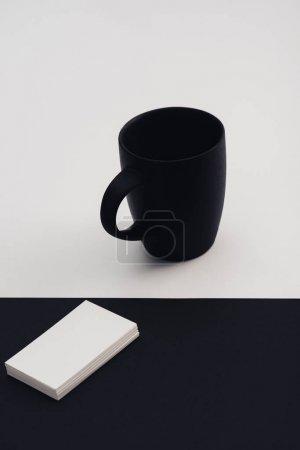 Photo pour Cartes de visite blanches et tasse de café noir sur fond noir et blanc - image libre de droit