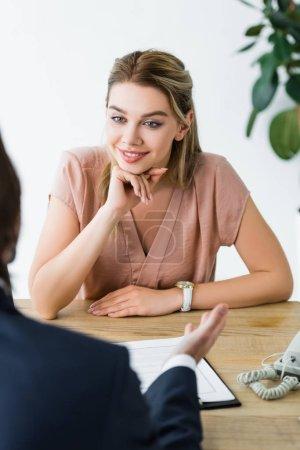 Charmante Frau schaut Geschäftsmann im Büro an