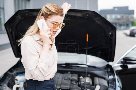 Photo pour Belle femme d'affaires parlant sur le smartphone près de l'auto cassée avec le tronc ouvert, concept d'assurance automobile - image libre de droit