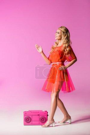 Photo pour Belle fille posant avec boombox sur le rose, concept de poupée - image libre de droit