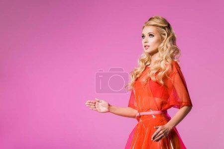 Photo pour Belle fille à la mode gesticulant isolé sur le rose, concept de poupée - image libre de droit
