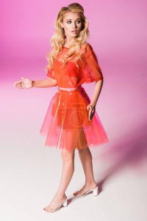 Photo pour Belle fille à la mode dans la robe sur le rose, concept de poupée - image libre de droit