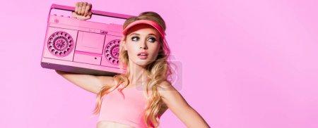 Photo pour Tir panoramique de la belle fille posant avec boombox sur le rose, concept de poupée - image libre de droit