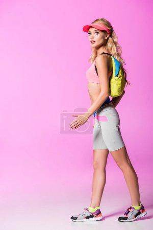 Foto de Hermosa chica en sombrero de visera del sol con mochila en rosa, concepto de muñeca - Imagen libre de derechos