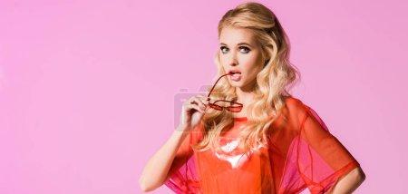 Foto de Foto panorámica de hermosa chica de moda con gafas de sol aisladas en rosa, concepto de muñeca - Imagen libre de derechos