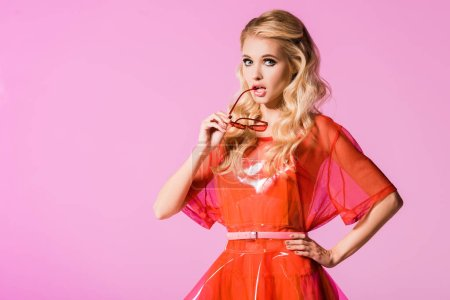Foto de Hermosa chica de moda con gafas de sol aisladas en rosa, concepto de muñeca - Imagen libre de derechos