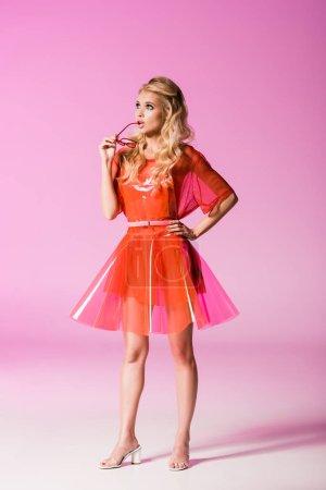 Foto de Hermosa chica de moda con gafas de sol en rosa, concepto de muñeca - Imagen libre de derechos