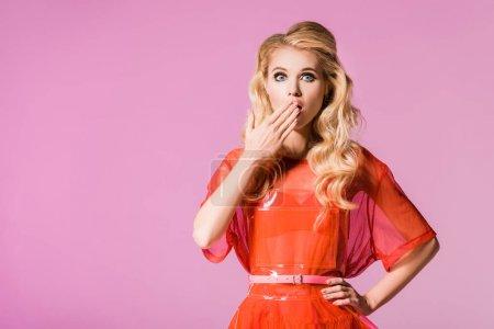 Photo pour Belle fille à la mode surprise d'isolement sur le rose, concept de poupée - image libre de droit