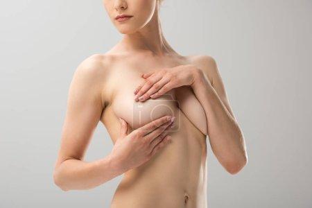 Photo pour Vue partielle de sexy fille nue couvrant poitrine isolé sur gris - image libre de droit