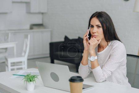 Photo pour Belle et brune femme parlant sur smartphone dans l'appartement - image libre de droit