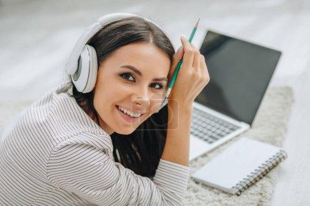 Photo pour Belle femme avec casque souriant et regardant la caméra - image libre de droit