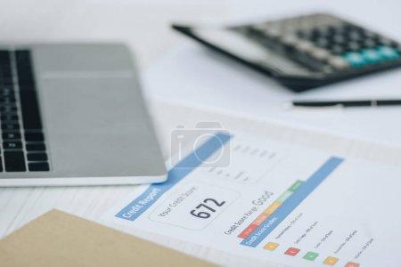 Photo pour Accent sélectif du rapport de crédit, ordinateur portable et calculatrice sur la table - image libre de droit