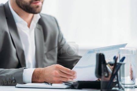 Photo pour Vue recadrée de l'homme dans le document formel de fixation d'usure dans l'appartement - image libre de droit