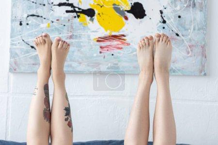 Foto de Vista recortada de dos chicas descalzas en casa - Imagen libre de derechos