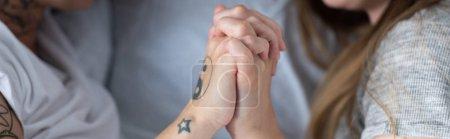 Photo pour Photo panoramique de deux lesbiennes se tenant la main dans le lit - image libre de droit