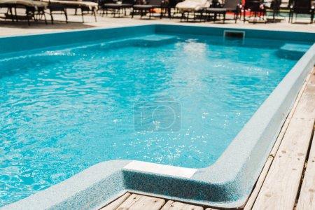 Photo pour Piscine avec eau bleue propre dans le club de plage en plein air - image libre de droit