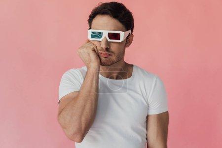 Photo pour Cher musclé homme en 3d lunettes étançant visage avec la main isolé sur rose - image libre de droit